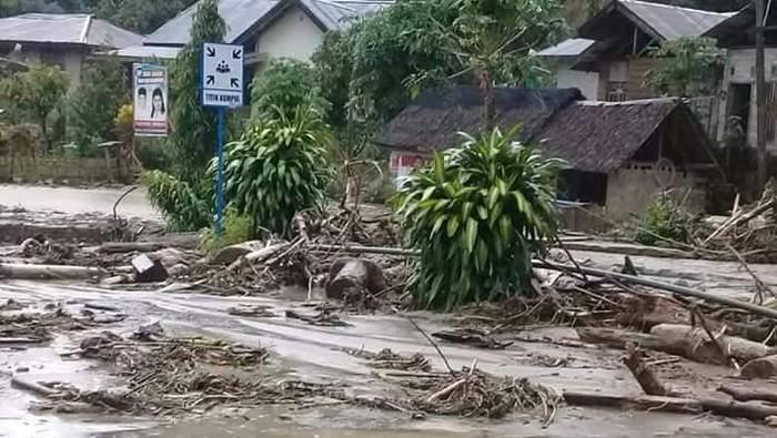 Sejumlah permukiman warga di daerah Kecamatan Kulawi, Kabupaten Sigi hanyut diterjang banjir.