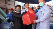 KKP Bagikan 560 Paket Sembako ke Nelayan Miskin di Muara Baru