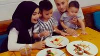 10 Momen Kulineran Soraya Larasati Bareng Keluarga hingga Teman Artis