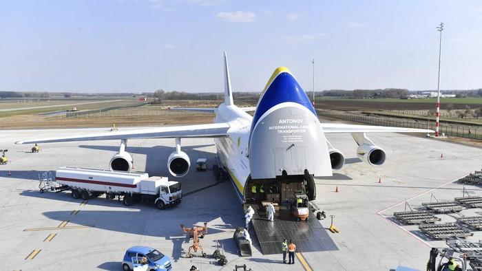 Ribuan koli barang kargo peralatan medis untuk melawan virus Corona diangkut menggunakan pesawat terbang. Bukan sekedar pesawat biasa melainkan pesawat kargo yang ukurannya bisa menampung truk kontainer hingga jet tempur.