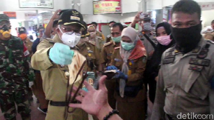 Walkot Parepare membagikan masker kain gratis ke warga di Pasar Lakessi (Hasrul Nawir/detikcom)