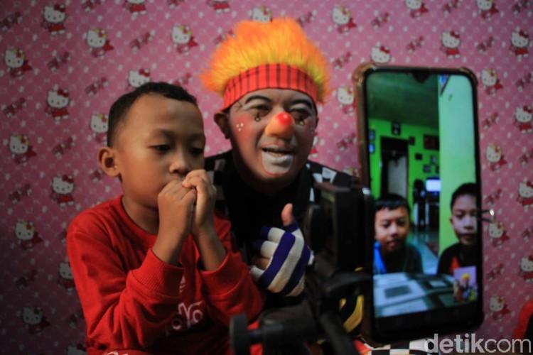 Pandemi Corona membuat berkurangnya aktivitas di luar ruangan. Komunitas Necis di Cimahi pun menyuguhkan hiburan badut bagi anak-anak melalui media sosial.