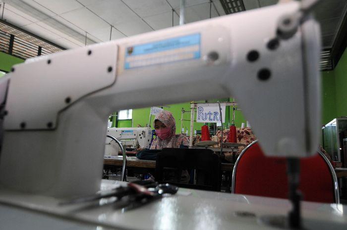 Pembuatan masker gratis juga dilakukan di Balai Latihan Kerja (BLK) Boyolali, Jawa Tengah, Selasa (7/4/2020). BLK tersebut telah memproduksi sebanyak 2000 masker daribahan dasar kain dan dibagikan secara gratis kepada masyarakat sebagai alat pelindung diri di tengah wabah virus Corona. Antara Foto/Aloysius Jarot Nugroho.