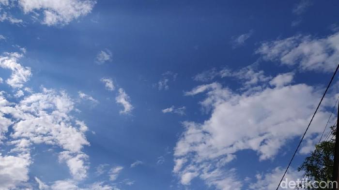 Langit biru di kawasan Cipete, Mampang, Jakarta Selatan, pukul 15.30 WIB (Rahel/detikcom)