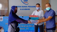 Pandemi Corona, Dosen UBP Karawang Bagikan Masker ke Warga
