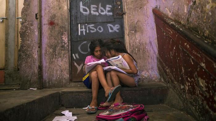 Wabah Corona berdampak ke perekonomian dunia. Ketimpangan ekonomi kian terlihat saat warga miskin dihadapkan pilihan bertahan hidup dari Corona atau kelaparan.