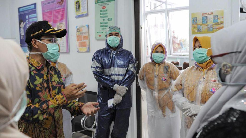 APD Terbatas, Petugas Medis Puskesmas di Banda Aceh Pakai Jas Hujan