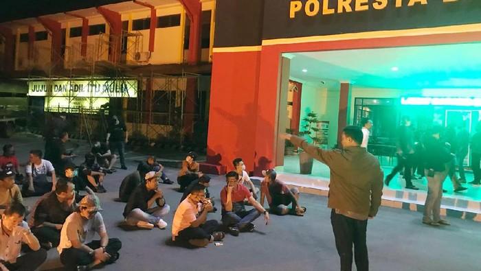Polda Kepulauan Riau mengamankan sebanyak 71 orang dari dalam tempat hiburan malam di Batam
