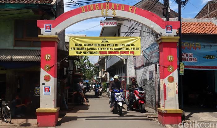 Spanduk terkait wabah COVID-19 terpasang di sejumlah gang di Kota Bandung, Jawa Barat. Spanduk itu, mengajak warga untuk memerangi COVID-19.