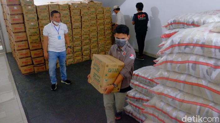 Pengusaha di Karawang bagikan 10 ribu paket sembako untuk warga terdampak Corona
