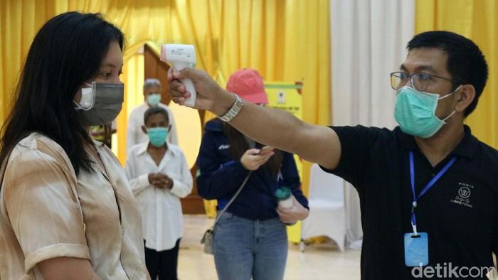 Partai Golkar menggelar rapid tes COVID-19 di DPP Golkar, Slipi, Jakarta Barat, Rabu (8/4/2020). Tes ini diikuti oleh keluarga besar Golkar, pekerja media dan masyarakat.