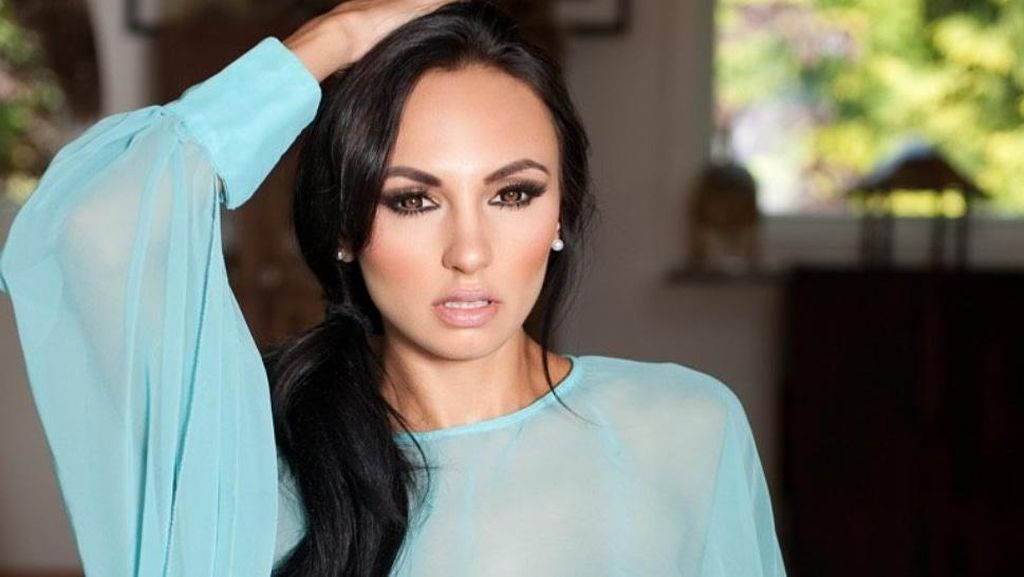 Model Playboy Ini Menawarkan Penggemar untuk Isolasi Diri Bersamanya