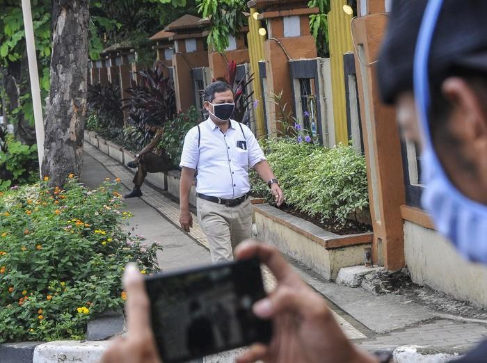 Sejumlahh warga menggunakan masker saat melintasi Jalan Ir.Juanda, Bekasi, Jawa Barat, Senin (6/4/2020). Badan kesehatan dunia WHO (World Health Organizations) mengimbau masyarakat untuk menggunakan masker berbahan kain atau masker medis saat beraktivitas di tengah penyebaran pandemi Covid-19. ANTARA FOTO/ Fakhri Hermansyah/hp.