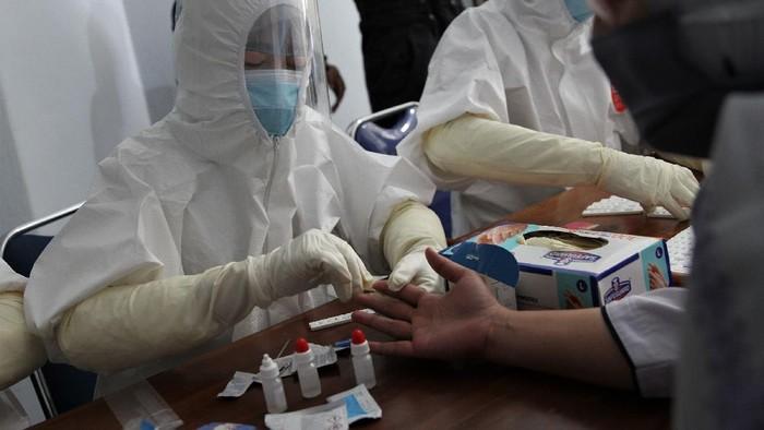 Petugas medis mengambil sampel darah rapid test atau pemeriksaan cepat COVID-19 kepada jurnalis di Kantor Dinas Komunikasi dan Informatika Provinsi Sulawesi Tenggara, Kendari, Sulawesi Tenggara, Selasa (07/4/2020). Pihak Dinas Komunikasi dan Informatika Provinsi Sulawesi Tenggara bekerja sama dengan Ahli Teknologi Laboratorium Medik (ATLM) Kendari melakukan pemeriksaan rapid test kepada para jurnalis di Kendari sebab berpotensi terpapar virus COVID-19 saat melakukan peliputan. ANTARA FOTO/Jojon/foc.