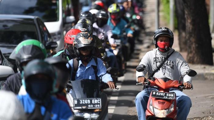 Pemprov DKI Jakarta tengah melakukan sosialisasi penerapan aturan Pembatasan Sosial Berskala Besar (PSBB). Jelang penerapan PSBB, kemacetan masih terjadi di Jakarta.