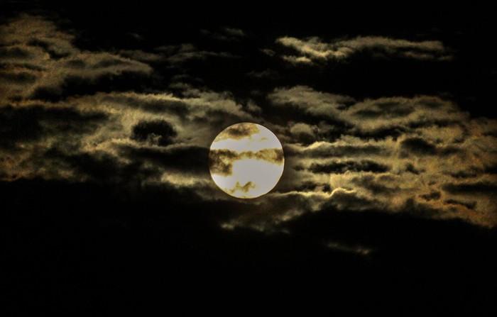 Fenomena Supermoon juga terlihat lho di langit Indonesia. Seperti apa potretnya? Yuk, lihat.