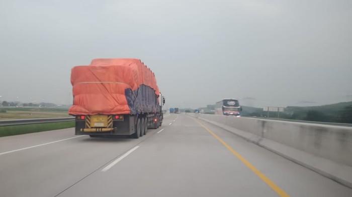 Truk ODOL melintas di jalan tol