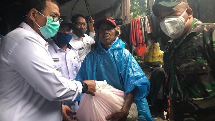Pemkot Makassar memberikan sembako