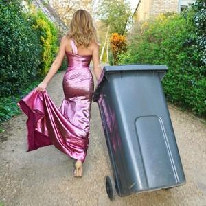 Daripada Bosan, Ibu-ibu Ini Buang Sampah Pakai Gaun Selama Lockdown