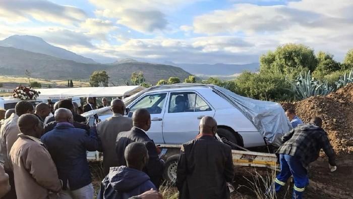 Pemakaman politikus yang dikubur bersama mobil kesayangan