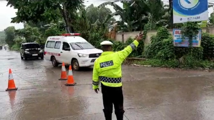 Petugas menjaga lokasi pemakaman korban Corona di Gowa, Sulsel (dok. istimewa)