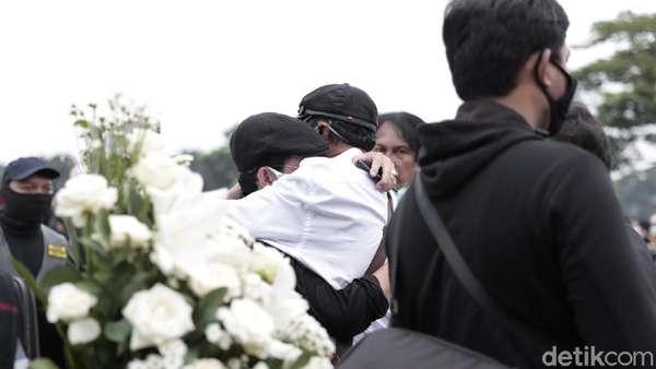Potret Duka di Pemakaman Glenn Fredly