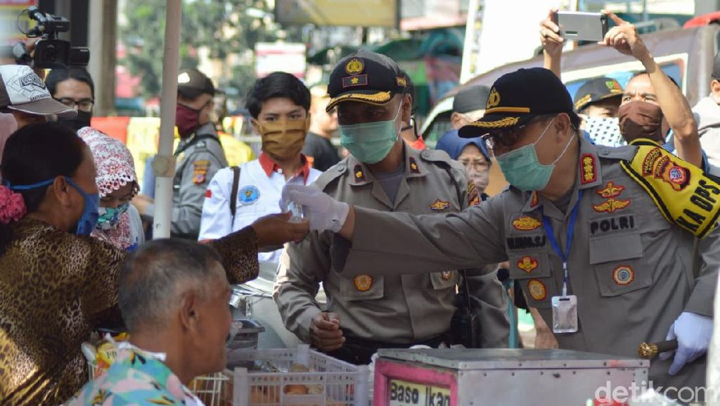 Corona Pandemik, Polisi Bandung Sebar Masker ke Pedagang Pasar