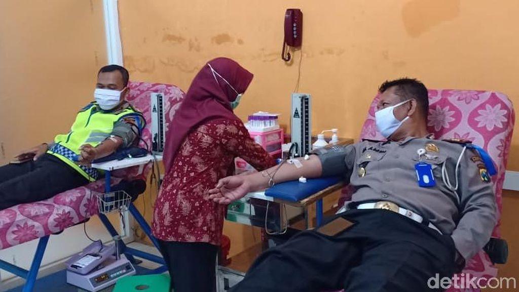 Polisi Pacitan Donor Darah Dampak COVID-19