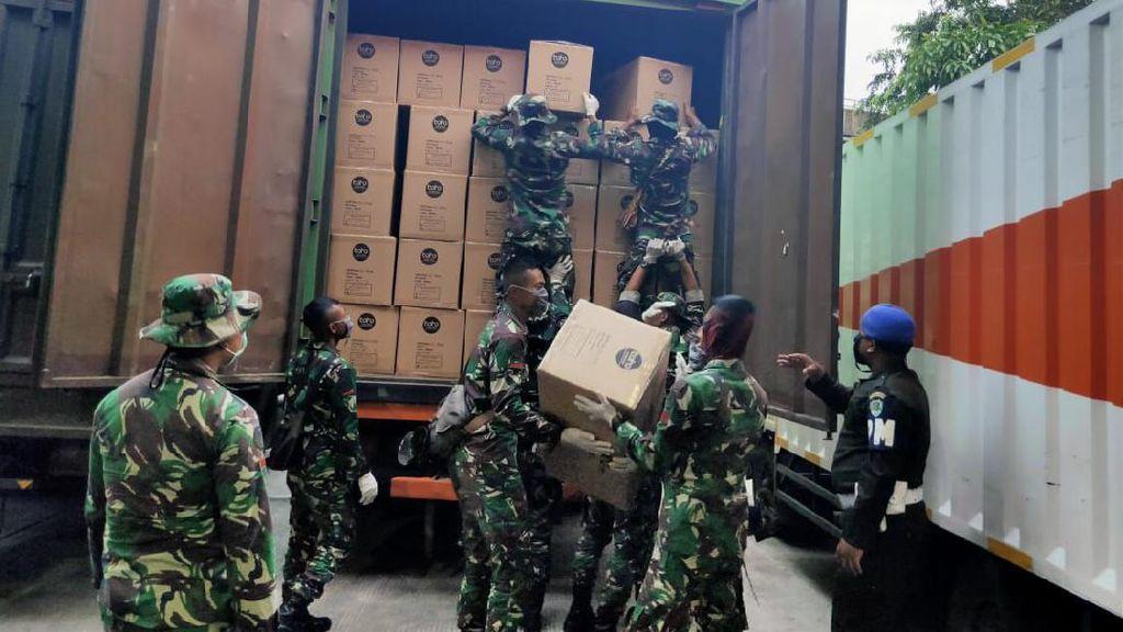 Prajurit TNI Kawal Distribusi 20 Ribu APD untuk Tenaga Medis