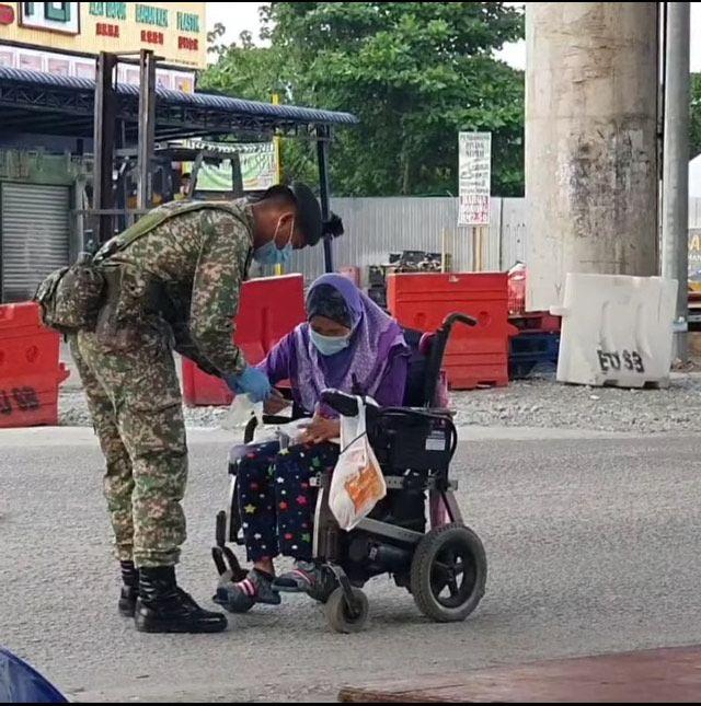Viral tentara berikan masker dan sarung tangan untuk wanita difabel
