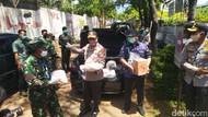 Polisi dan TNI Bagikan Sembako ke Buruh yang Dirumahkan di Semarang