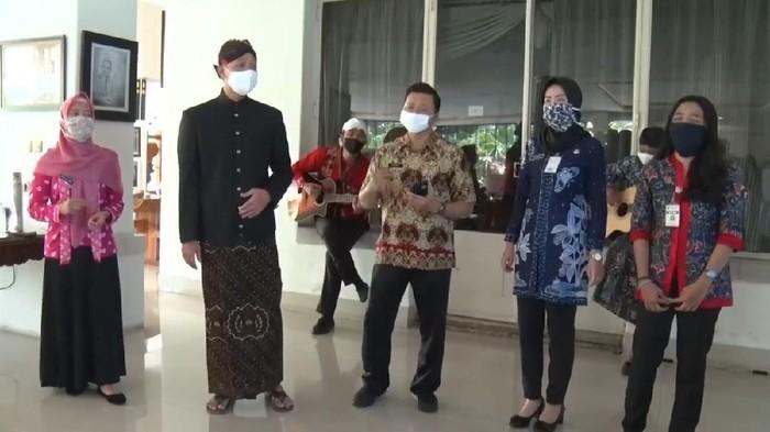 Gubernur Ganjar Pranowo bernyanyi bersama pegawai Pemprov Jateng untuk mengenang Glenn Fredly, Kamis (9/4/2020).