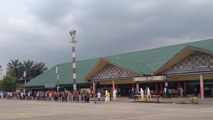 Ratusan TKI tiba di Lanud Soewondo Medan (Datuk Haris Molana-detikcom)