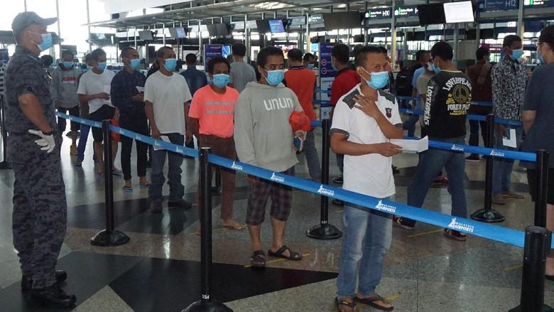 Sejumlah Tenaga Kerja Indonesia (TKI) ilegal dari berbagai tahanan Imigrasi di Semenanjung Malaysia berada di Bandara Kuala Lumpur International Airport (KLIA), Kamis (9/4/2020), sebelum dipulangkan melalui Jakarta dan Medan. Pemerintah Malaysia memulangkan sebanyak 1.038 tahanan dalam rangka  pencegahan COVID-19 bagi para tahanan di depo imigrasi selama masa Perintah Kawalan Pergerakan (MCO) atau isolasi wilayah. ANTARA Foto/Agus Setiawan/aww.