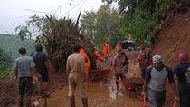Longsor Putus Akses Penghubung Dua Desa di Sumedang