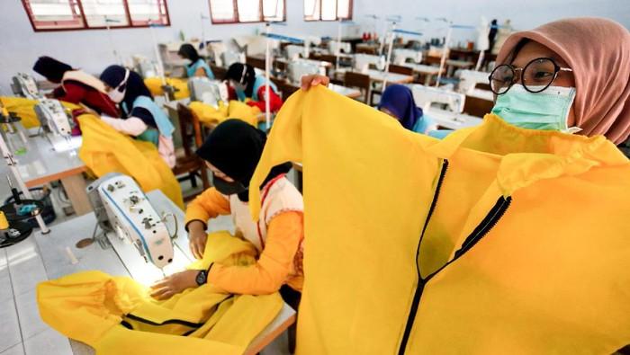 Sisiwa SMK memproses pembuatan baju pelindung diri (Hazmat Suit) di SMKN 2 Blitar, Jawa Timur, Kamis (9/4/2020). Untuk pemenuhan kebutuhan alat pelindung diri (APD) dalam penanganan pasien COVID-19 di sejumlah rumah sakit umum dan swasta, pemda setempat menggandeng sejumlah SMK untuk memproduksi Hazmat Suit, masker medis, pelindung wajah (Face Shield), dan sejumlah APD lainnya. ANTARA FOTO/Irfan Anshori/nz