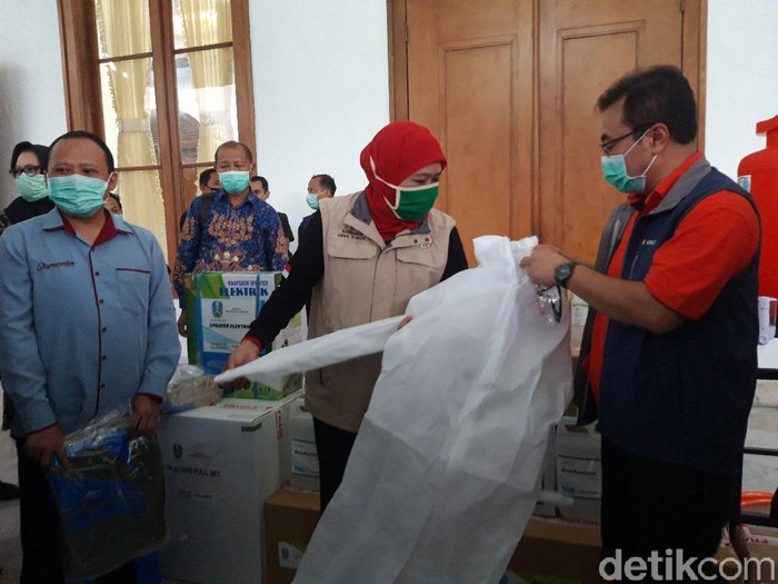 Pemprov Jatim menerima bantuan alat-alat pencegahan penyebaran virus Corona. Gubernur Khofifah Indar Parawansa mengatakan, bantuan ini merupakan wujud dari kegotongroyongan masyarakat Jatim.
