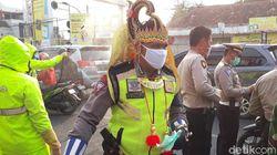 Saat Gatot Kaca dan Hanoman Bagi-bagi Masker di Pasuruan