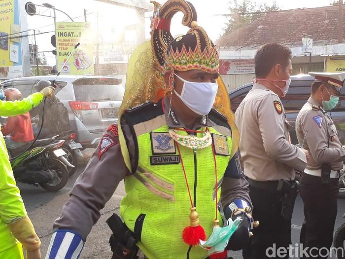 Polisi melakukan sosialisasi agar warga Pasuruan disiplin jaga jarak untuk memutus rantai penularan virus Corona. Petugas juga membagikan masker pada warga yang tidak mengenakannya.