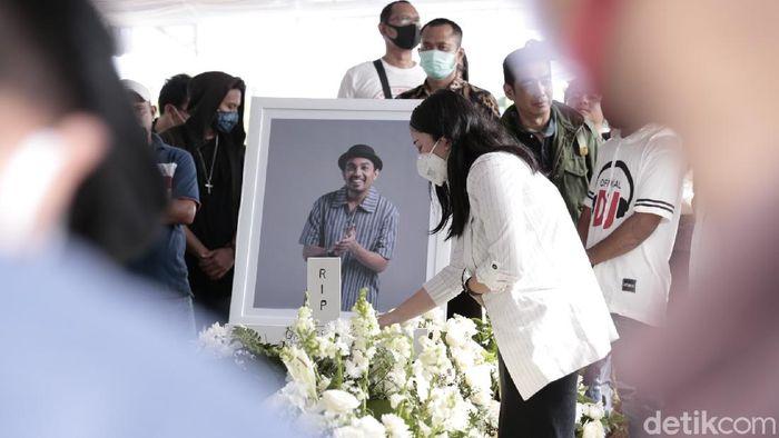 Mutia Ayu di pemakaman Glenn Fredly