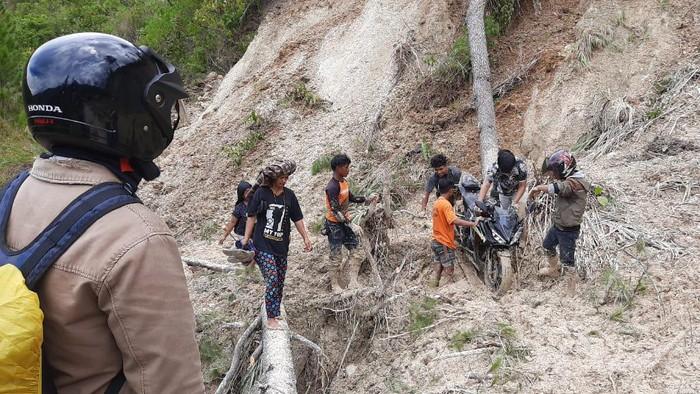 Tanah Longsor menyebabkan akses jalan dari Mamasa-Toraja terputus