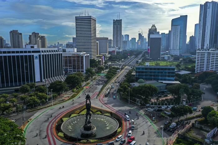 Foto udara suasana gedung bertingkat di kawasan Jalan Jendral Sudirman, Jakarta, Jumat (3/4/2020). Memasuki minggu ketiga imbauan kerja dari rumah atau work from home (WFH), kualitas udara di Jakarta terus membaik seiring dengan minimnya aktivitas di Ibu Kota. Berdasarkan data dari situs pemantauan udara AirVisual.com pada Kamis 3 April pada pukul 12.00 WIB, Jakarta tercatat sebagai kota dengan indeks kualitas udara di angka 55 atau masuk dalam kategori sedang.