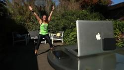 Physical distancing tak menyurutkan semangat untuk berolahraga. Di Melbourne, Julia Basa menjaga tubuhnya tetap bugar dengan senam zumba di halaman rumah.