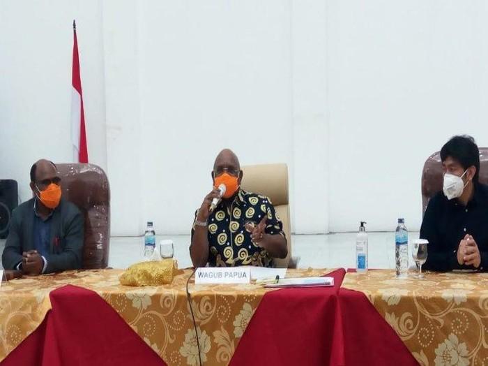 Wagub Papua Klemen Tinal didampingi Ketua DPRP Papua dan Ketua MPR saat rapat forkopimda terkait COVOD-19 dengan meningkatan status mereka jadi tanggap darurat
