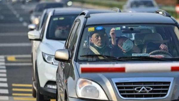 Jalan raya pun mulai dipadati dengan mobil-mobil penduduk. (AFP)