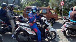 Captain America Naik Motor Keliling Surabaya Ingatkan untuk Pakai Masker