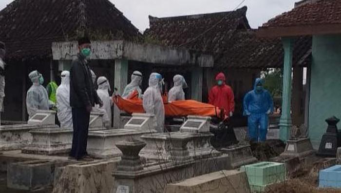 Pemakaman warga dengan protap Corona di Klaten, Kamis (9/4/2020).