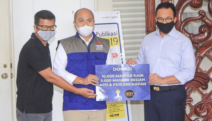 HIPMI Jaya dan APPI Sumbang      Himpunan Pengusaha Muda Jakarta Raya (HIPMI Jaya) bersama APPI menyerahkan bantuan berupa masker kepada Pemprov DKI Jakarta, Kamis (9/4/2020).