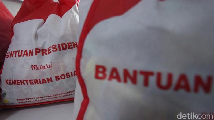 Bansos berupa sembako mulai didistribusikan kepada warga terdampak COVID-19. Bantuan sembako diberikan kepada sejumlah warga yang bekerja di Terminal Kalideres.