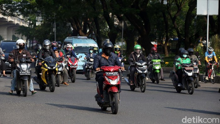 Pembatasan sosial berskala besar (PSBB) resmi diterapkan di DKI Jakarta hari ini. Meski mulai diterapkan sejumlah warga tampak masih beraktivitas seperti biasa.